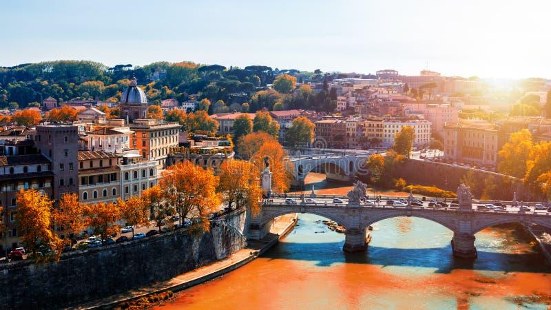 Horisont med bron Ponte Vittorio Emanuele II och klassisk archi royaltyfri bild