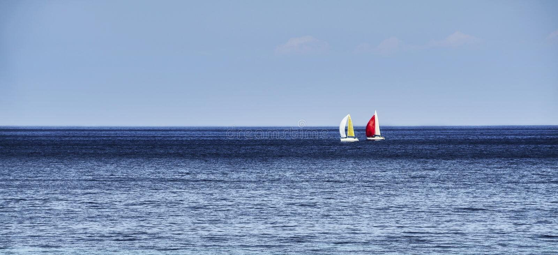 Horisont med segelbåtar arkivbilder