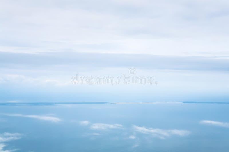 horisont mellan blå molnig himmel och det Aegean havet royaltyfri bild