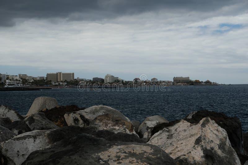Horisont och molnig afton över kust arkivfoton