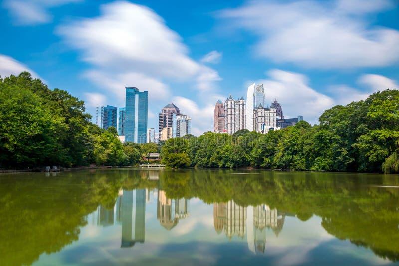 Horisont och reflexioner av midtownen Atlanta, Georgia arkivbilder