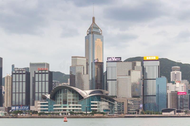 Horisont på Victoria Harbor i Hong Kong på en molnig dag royaltyfri bild