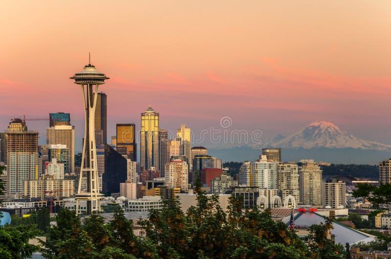 Horisont Seattle och Mount Rainier på solnedgången arkivbilder