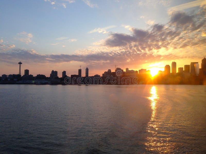 Horisont Seattle WA, soluppgång - Amerikas förenta stater arkivfoton