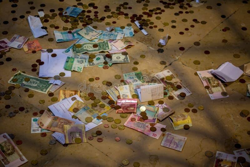 Horisontal sikt av pengar och mynt av olika länder på fotografering för bildbyråer