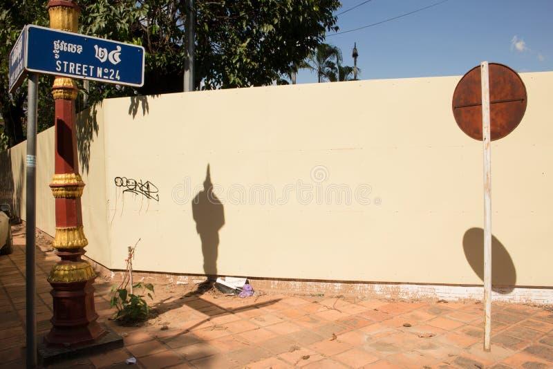 Horisontalabstrakt sikt av det runda tecknet på en pol på ett soligt hörn med synlig streetsign arkivfoton