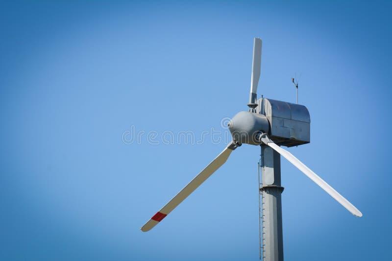 Horisontalalsikt av en turbin för bruten vind på bakgrund för blå himmel arkivbilder
