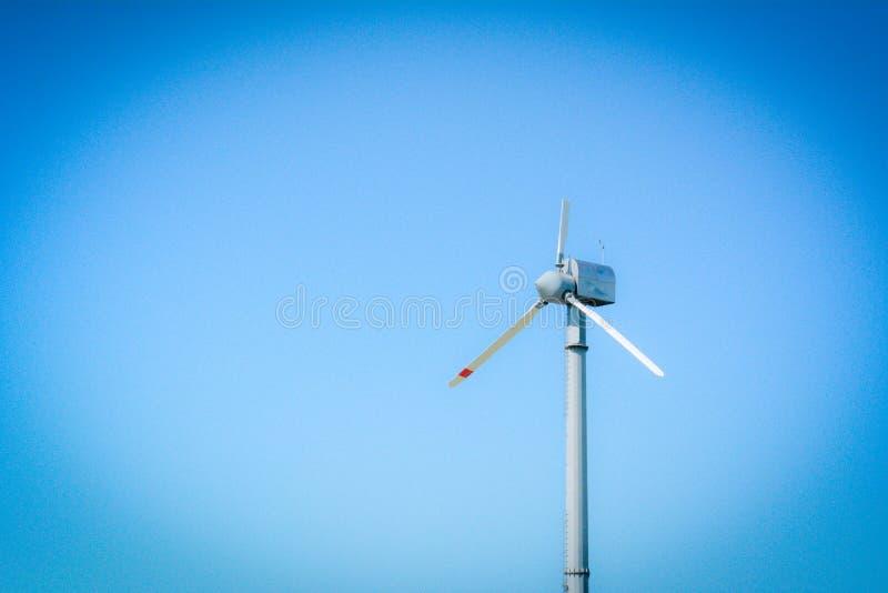 Horisontalalsikt av en turbin för bruten vind på bakgrund för blå himmel arkivfoto
