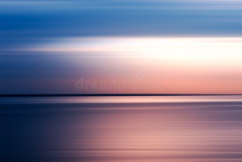 Horisontalbakgrund för rosa färg- och blåttrörelsesuddighet royaltyfri foto