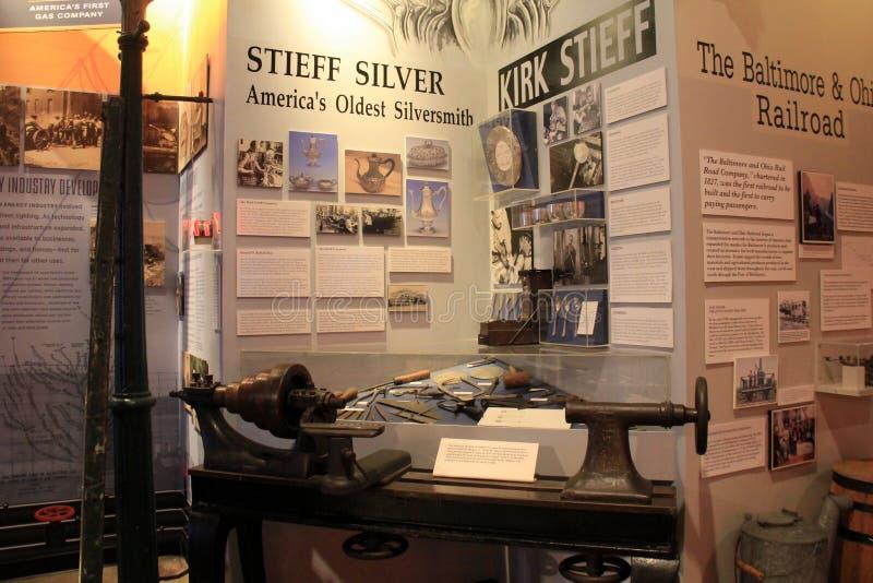 Horisontalbild av utställningen, som täcker historia av silversmeder, Baltimore museum av bransch, Maryland, 2017 royaltyfria foton