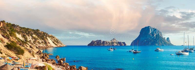 Horisontalbildsommar på den Cala D 'Hort stranden royaltyfria bilder