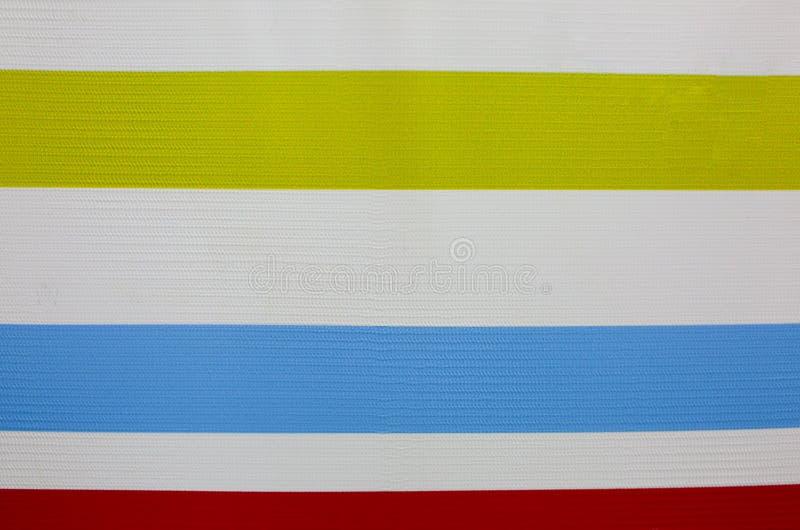 Horisontalfärgrika linjer på den vita bakgrunden Verkliga remsor målade på väggen Ljust väggpapper Barnm?lningar och royaltyfria bilder
