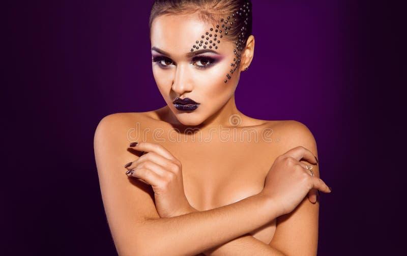 Horisontalfoto av den sexiga vuxna kvinnlign på purpurfärgad bakgrund arkivbilder