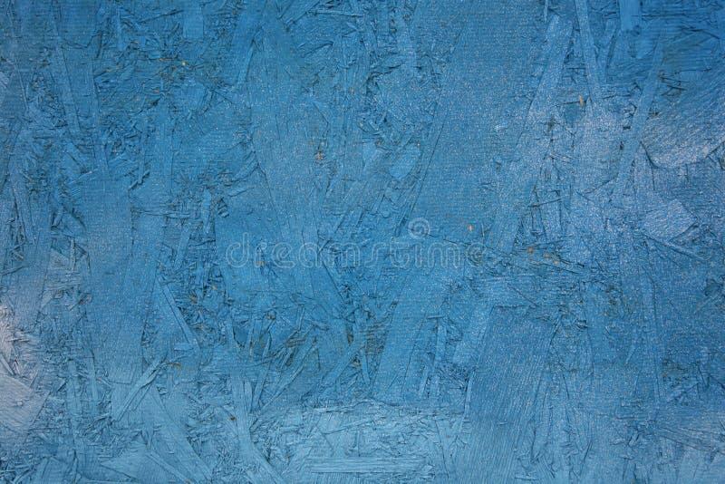 Horisontalfotoblått färgade genomskinlig målarfärg med att underhålla texturen och övergången av den belägen mitt emot träflismat royaltyfri bild
