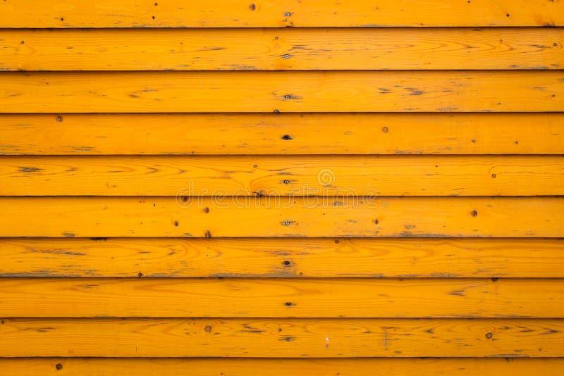 Horisontalgammal trästaketbakgrund Gamla träplankor med gul målarfärg arkivfoto