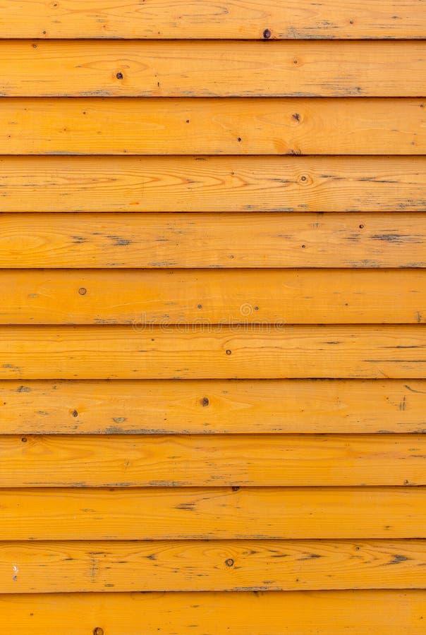 Horisontalgammal trästaketbakgrund Gamla träplankor med ljus gul målarfärg arkivbild