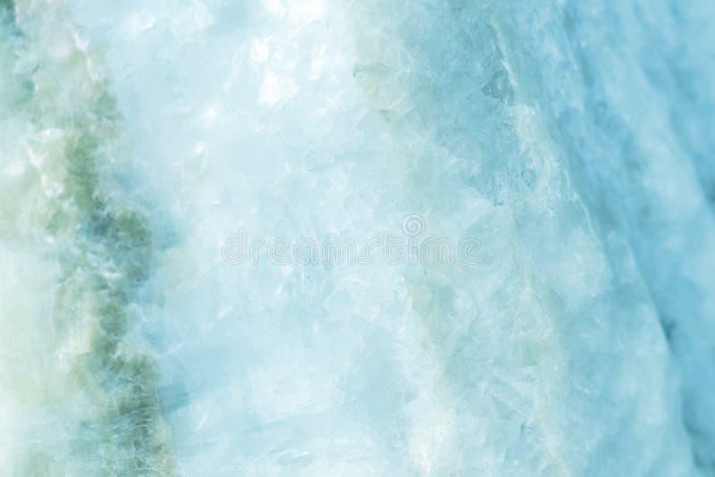 Horisontalgjorda ljusare skivor av blått marmorerar kvartsisbakgrund Iskallt bakgrundsideal för kalla lugna färger för din design royaltyfria foton