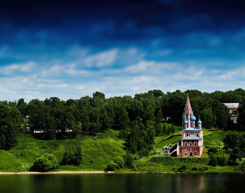 Horisontallivligt ryskt landskap med kyrkan royaltyfri fotografi