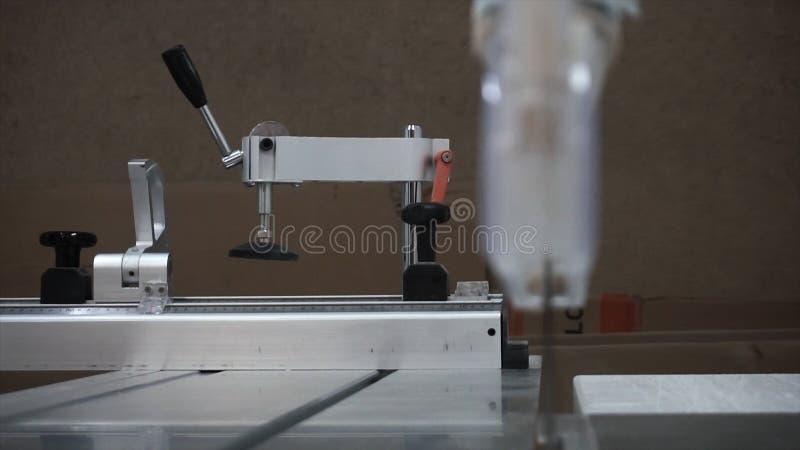 Horisontalnärbilden av elkraften såg med bladet för att klippa metall och aluminium footage Fullständigt automatiskt och programm fotografering för bildbyråer