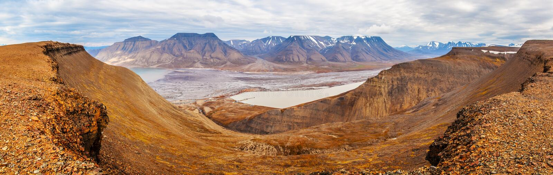 Horisontalpanoramasikt nära Longyearbyen, Spitsbergen (den Svalbard ön), Norge, Grönlandhav arkivfoto