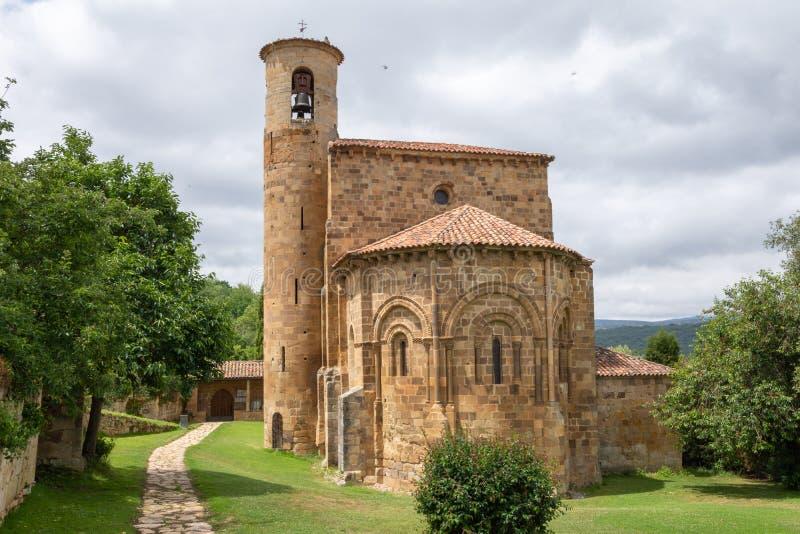 Horisontalsikt av ingången till den college- kyrkan av San Martin de Elines arkivbilder