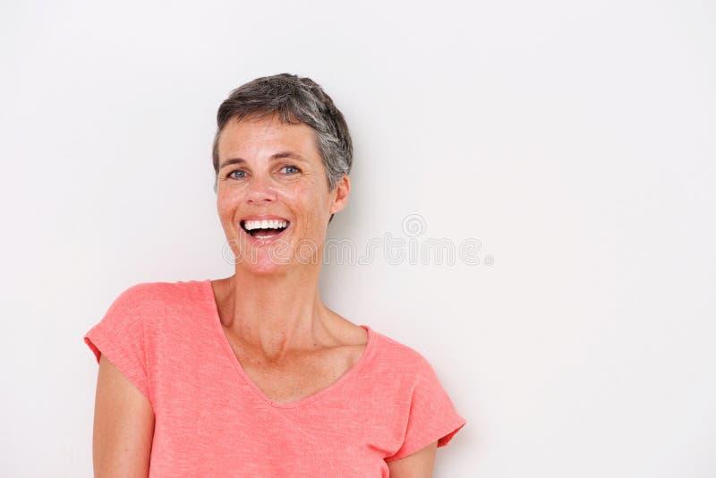 Horisontalstående av den lyckliga äldre kvinnan på vit bakgrund royaltyfri bild
