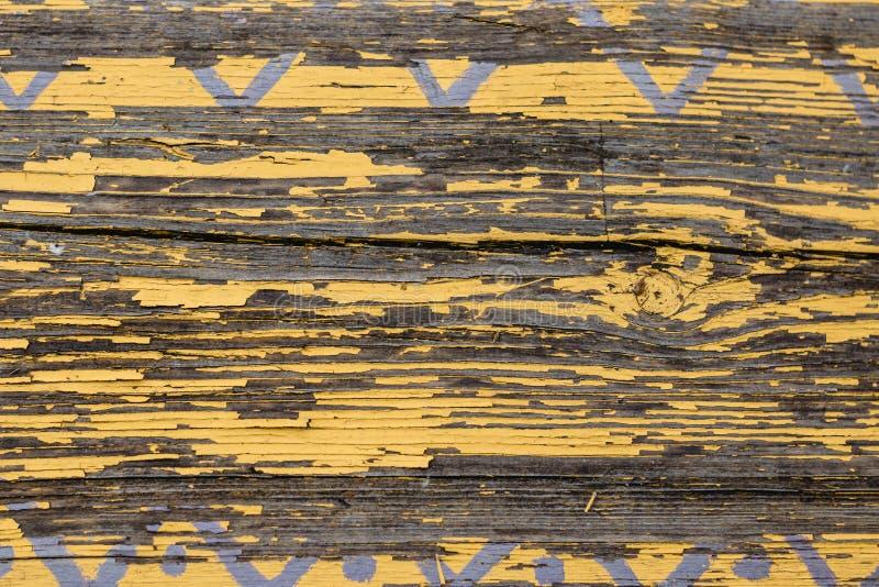 Horisontaltextur för gult ladugårdträväggplank Lantlig sjaskig tom bakgrund för gamla träSlats Måla skalat brunt ridit ut I arkivbild