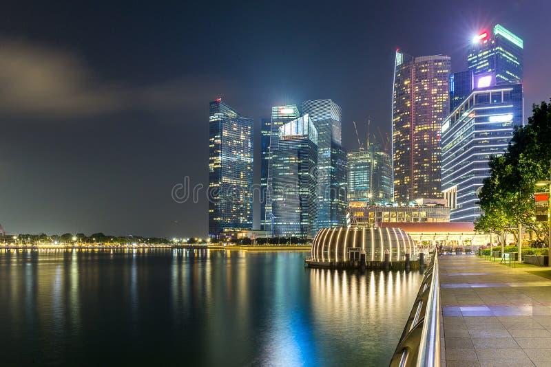 Horisontbyggnad av Singapore i skymningtid arkivbild