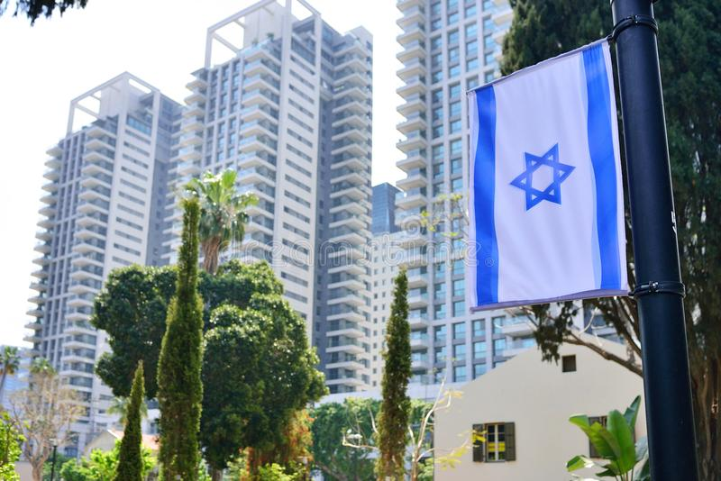 Horisontcityscape med den nationella israeliska flaggan och hög löneförhöjninghotellbuildingsTel Aviv Israel royaltyfri fotografi