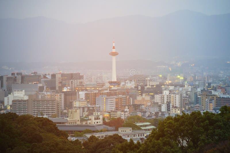 horisontcityscape med det Kyoto tornet royaltyfri fotografi
