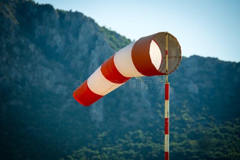 Horisontellt flyga fåfäng tack vare hög vind för windsockvind royaltyfria bilder
