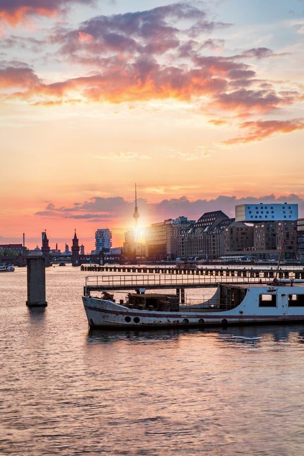 Horisonten av Berlin, Tyskland under solnedgång royaltyfri foto