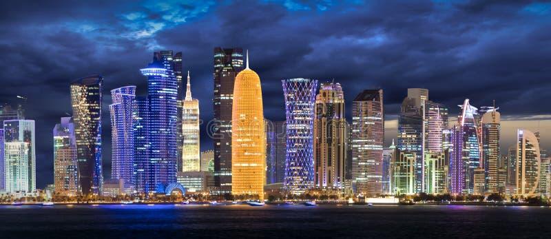 Horisonten av Doha efter solnedgång royaltyfria bilder