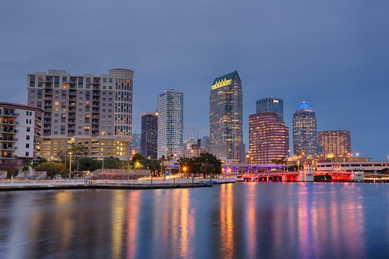 Horisonten av i stadens centrum Tampa, Florida, på natten arkivfoto