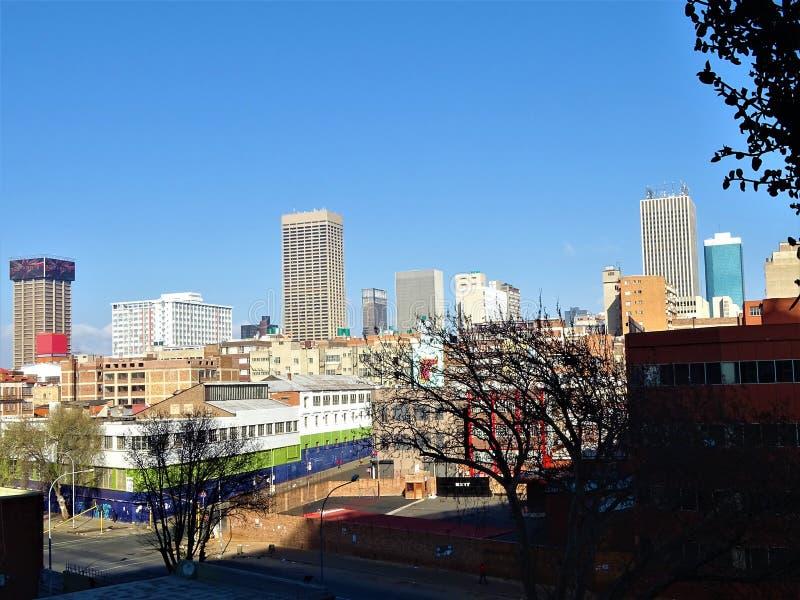 Horisonten av Johannesburg nära den Maboneng polisdistriktet royaltyfria bilder
