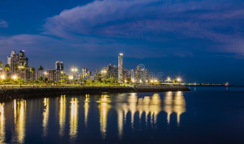 Horisonten av Panama City på den blåa timmen royaltyfri fotografi
