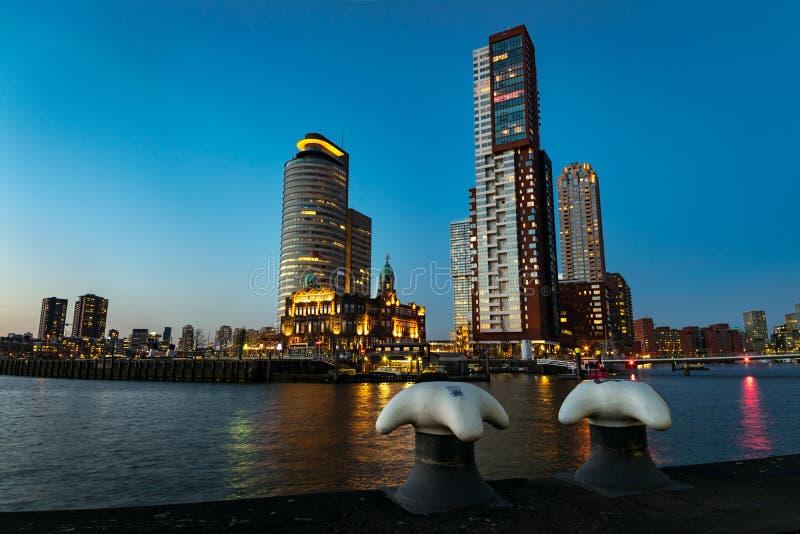 Horisonten av Rotterdam efter solnedgång royaltyfria bilder