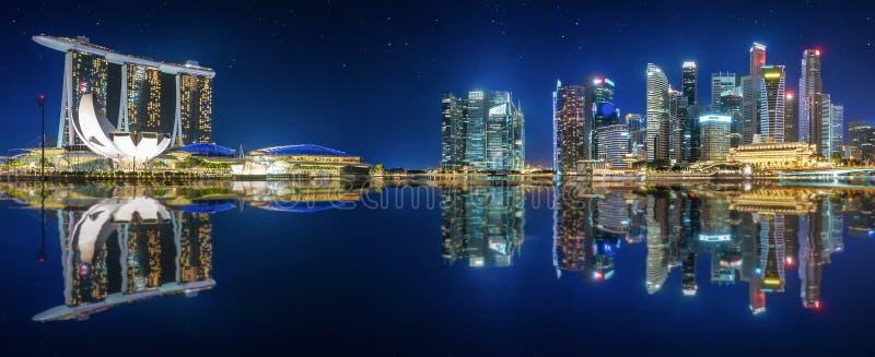 Horisonten av Singapore vid natt arkivfoto