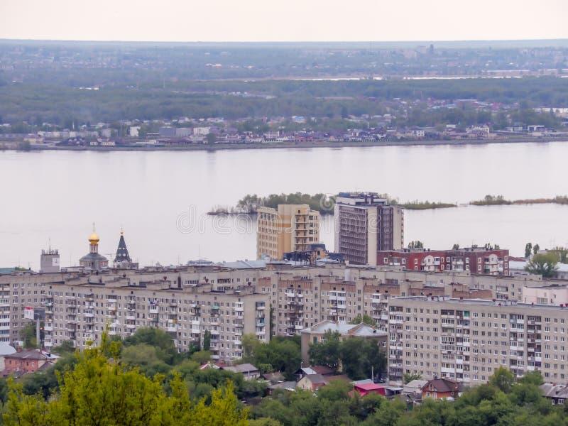 Horisonten för stads` s Arkitekturen av staden av Saratov, Ryssland Volgaet River och staden av Engels på horisonten fotografering för bildbyråer