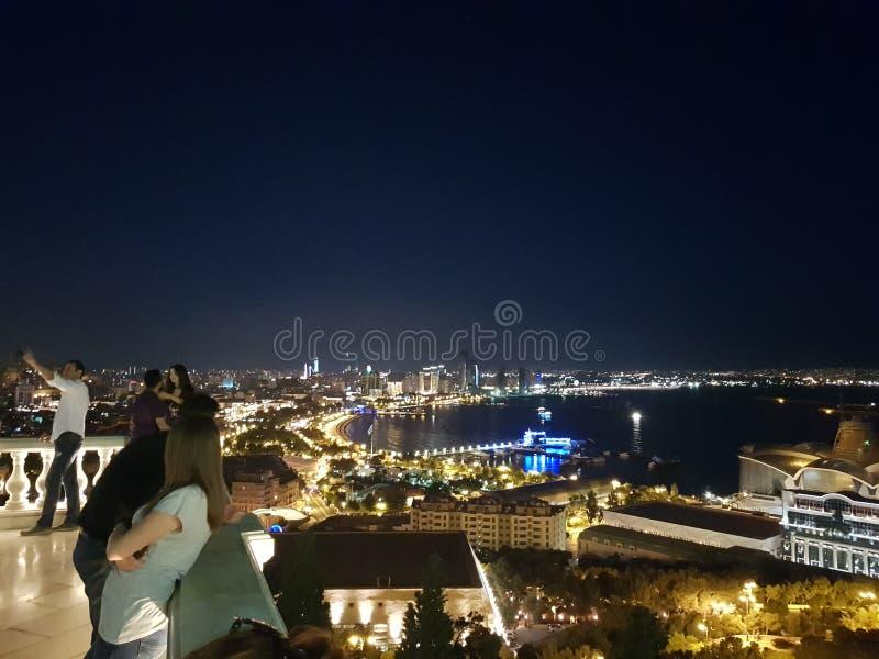 Horisonten och Kaspiska havet på natten i Baku City, Azerbajdzjan foto arkivbilder