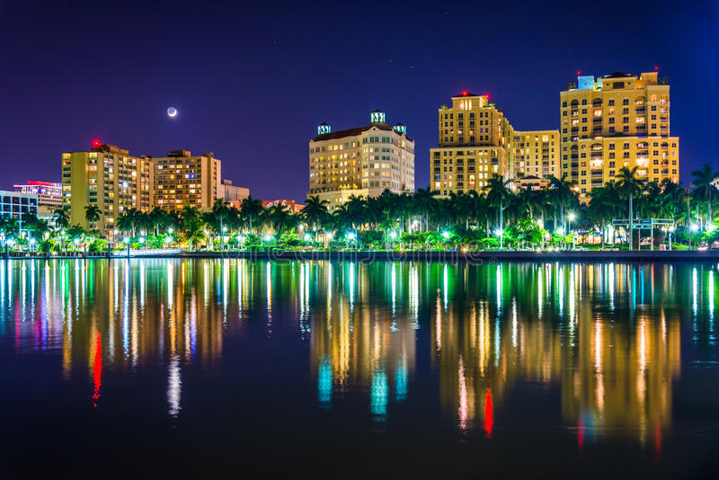 Horisonten på natten i West Palm Beach, Florida arkivfoton