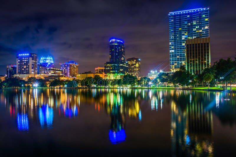 Horisonten som reflekterar i sjön Eola på natten, Orlando, Florida royaltyfria bilder