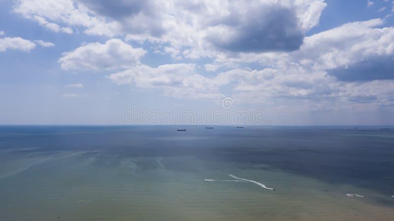 Horisontlinje mellan blått havsvatten och blå himmel royaltyfri bild