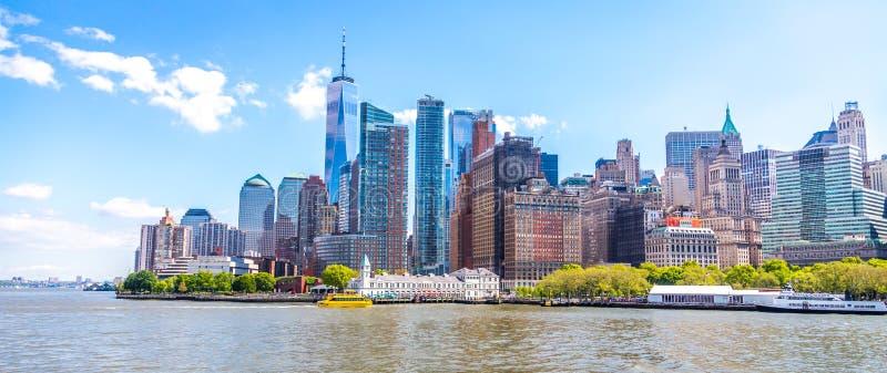 Horisontpanorama av det i stadens centrum finansiella området och Lower Manhattan i New York City, USA arkivfoton