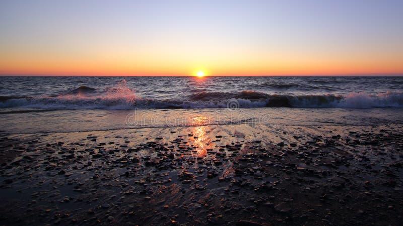 Horisontsolnedgång, strand POV royaltyfri foto