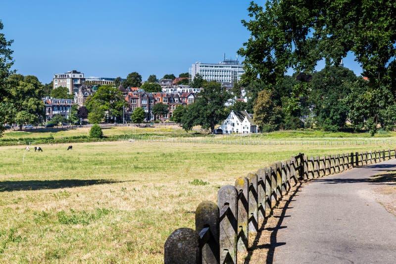 Horisontstad Arnhem i Nederländerna royaltyfri fotografi