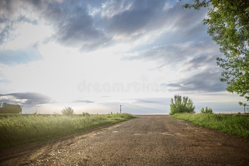 horisontv?g till fält himmel, moln, ren luft royaltyfri bild