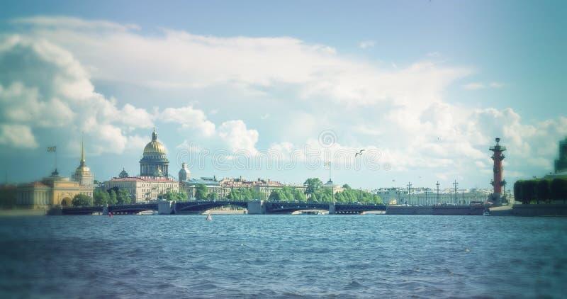 Horizon à St Petersburg Neva Beach - cathédrale de St Isaac et d'autres bâtiments historiques photos libres de droits