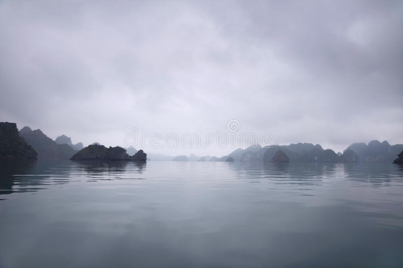 Horizon brumeux, compartiment de Halong, Vietnam images stock