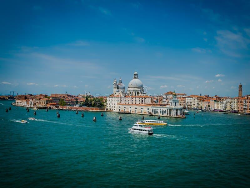 Horizon, canaux, dômes et touristes de Venise photographie stock